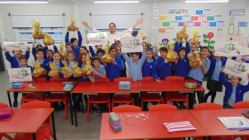 Sacks Morasha pupils with the fruit baskets they created for Tu B'shvat